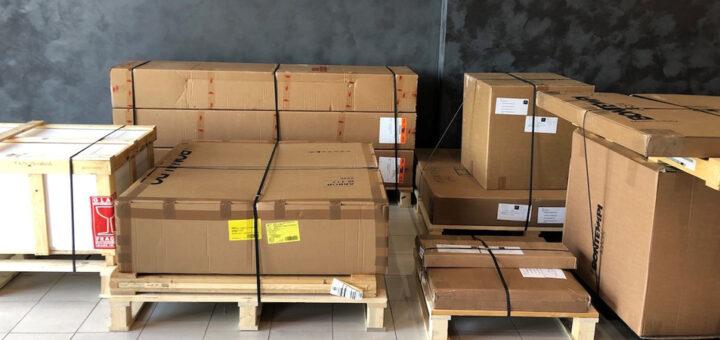 imballaggio mobili sicuro Arredare Moderno merce con cassa su pallet