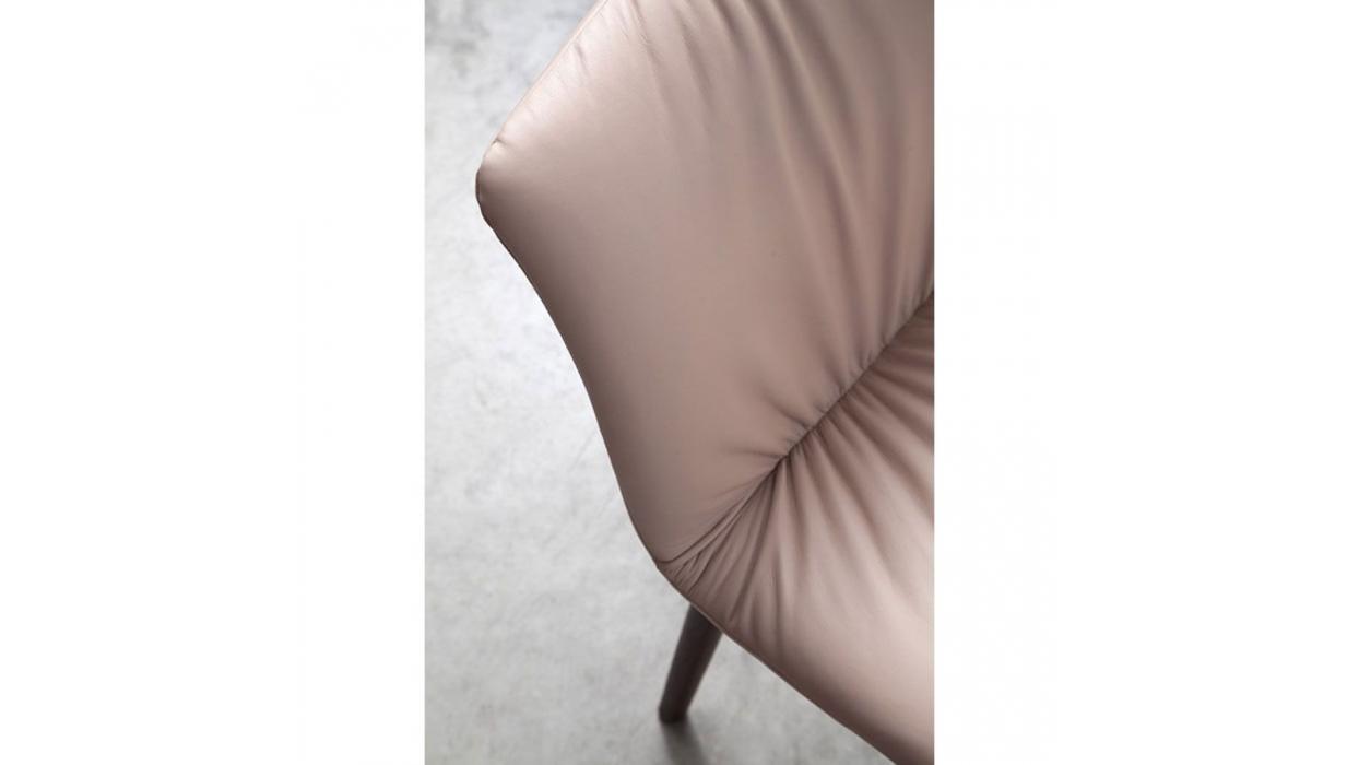L identità passa anche attraverso una sedia identity can also be